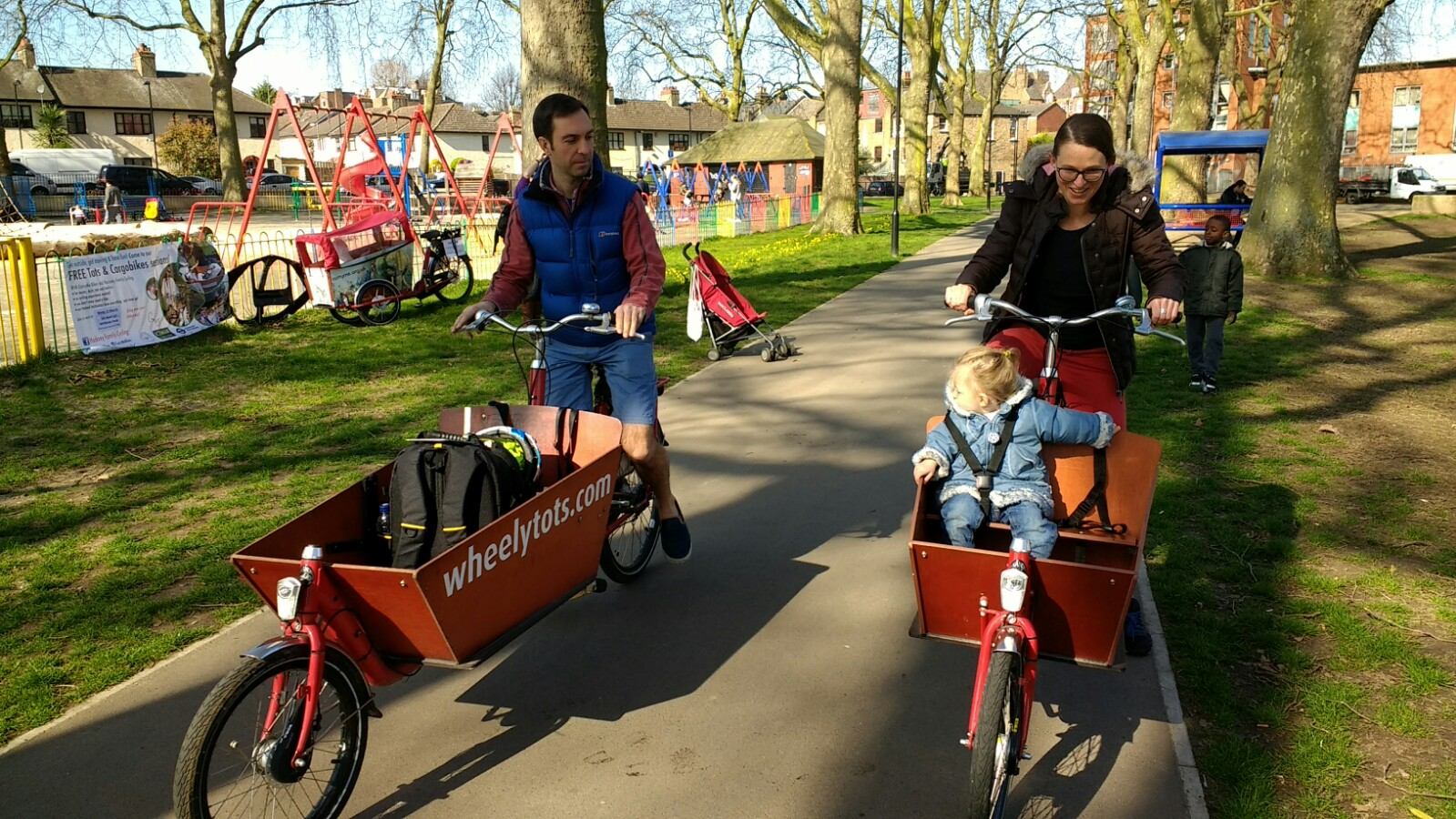 Tots, parents, and cargobikes in the park