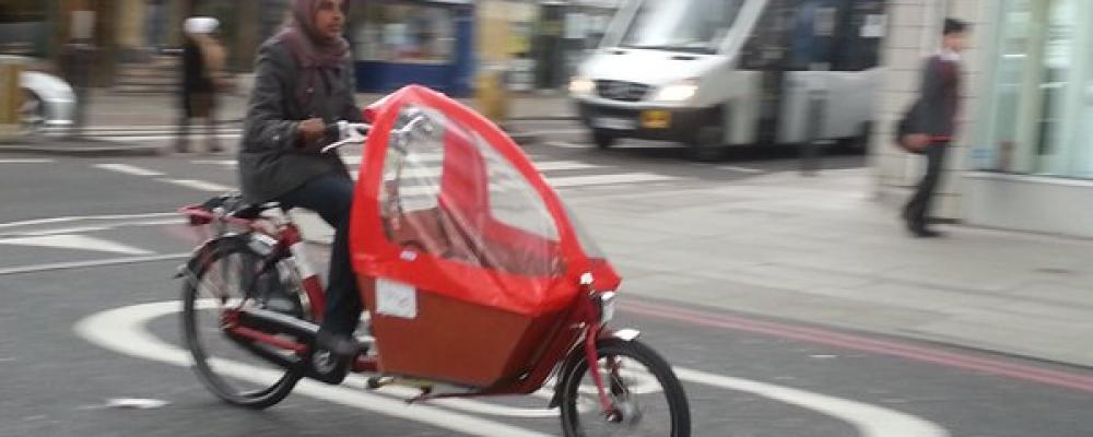 Hiba from 6Spice tries out our Short Bakfiets in jazzy red